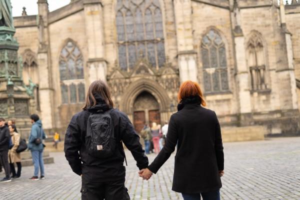 Paar steht vor Kirche