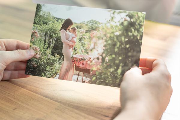 Eine Frau hält ein Foto in der Hand