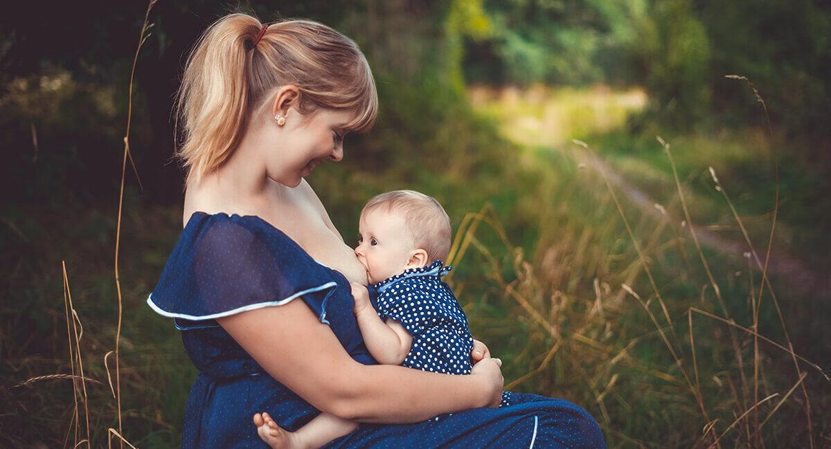 Frau stillt Baby